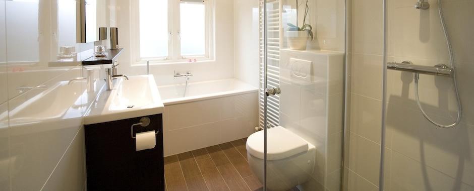 Uw aannemer in de verbouw van badkamer tot hightech badkamers for Tv voor in badkamer